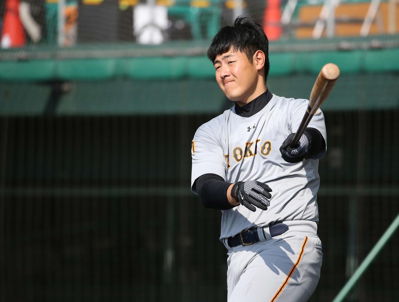 ロングティー打撃で打球を見つめる巨人岡本(撮影・河野匠)