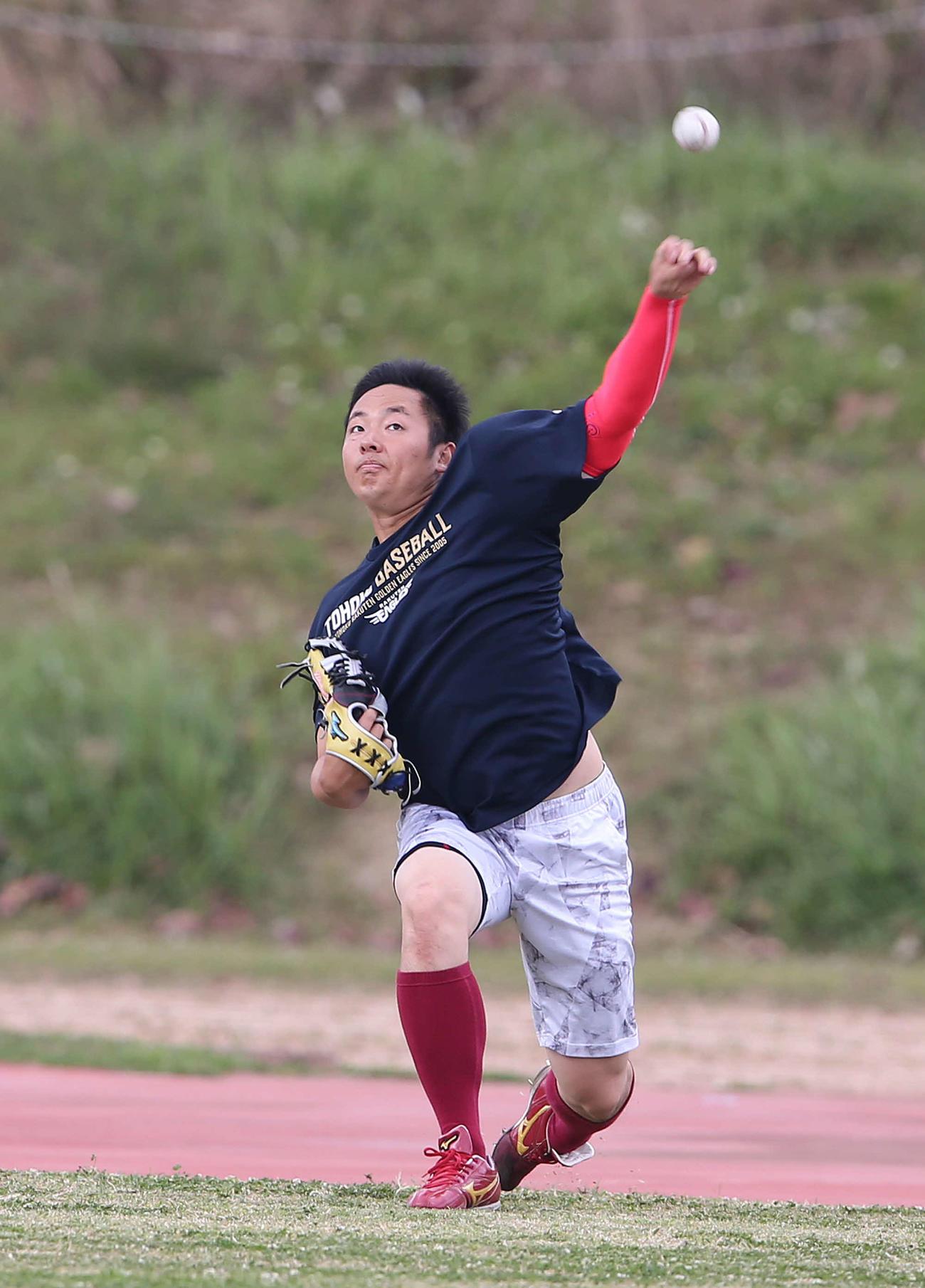投手練習でキャッチボールを行う楽天松井(撮影・河野匠)