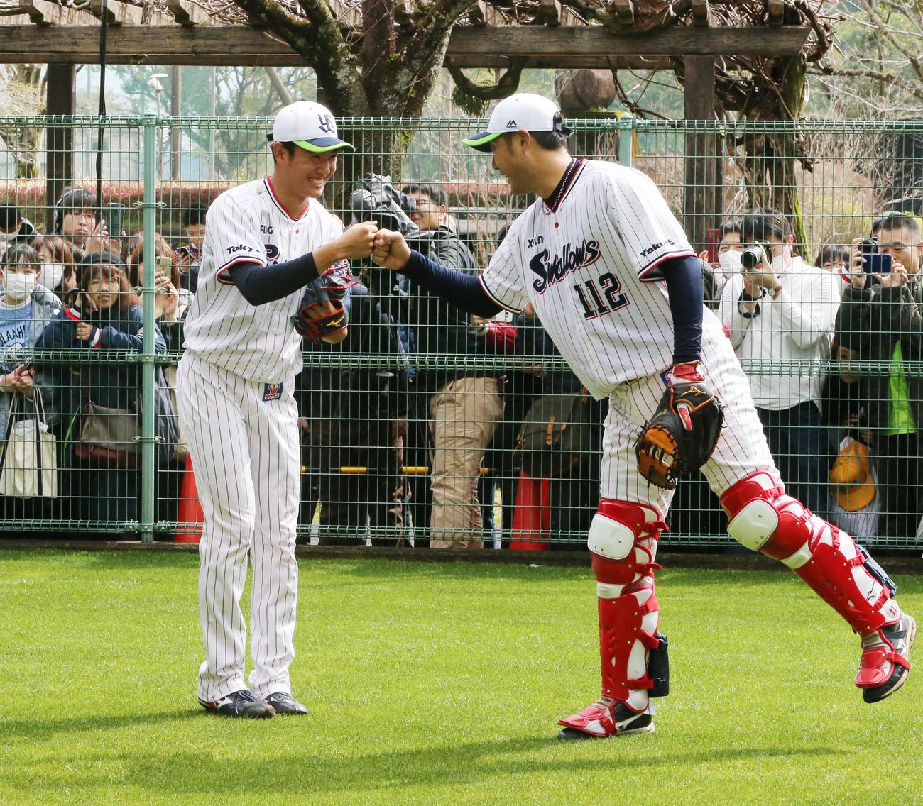 初ブルペンで22球を投げ、受けた捕手とグータッチを交わすドラフト1位ルーキーのヤクルト奥川恭伸(左)(撮影・菊川光一)