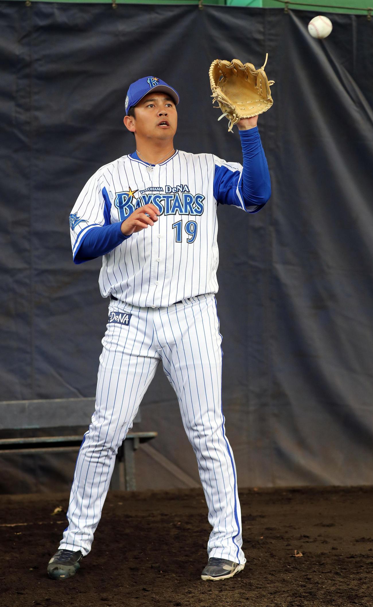 打球が当たった左腕で捕球するDeNA山崎(撮影・大野祥一)