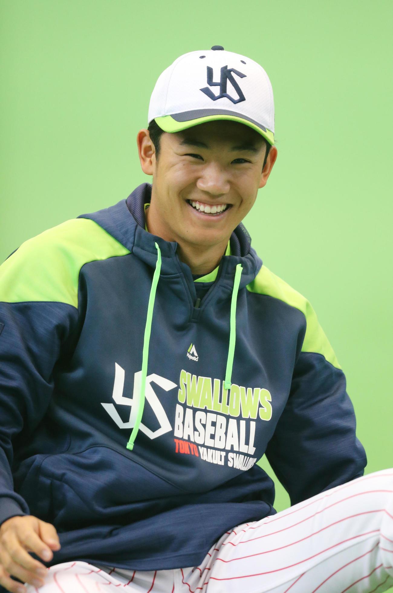 練習で笑顔を見せるドラフト1位ルーキーのヤクルト奥川恭伸(撮影・菊川光一)