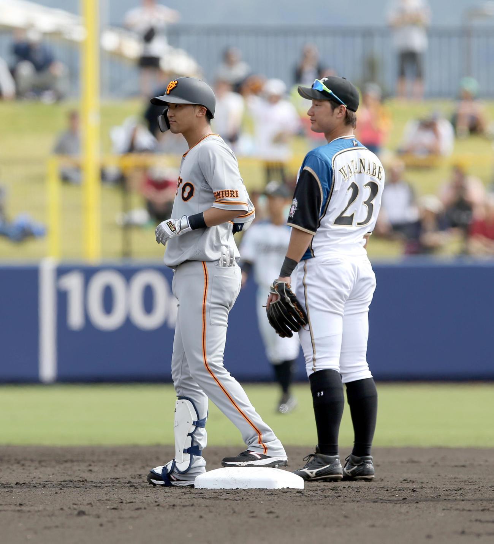 日本ハム対巨人 3回表巨人1死一、三塁、吉川尚は先制となる適時二塁打を放つ(撮影・佐藤翔太)