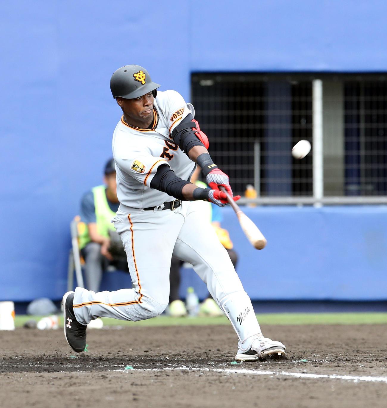 日本ハム対巨人 8回表巨人無死、モタは左越え本塁打を放つ(撮影・佐藤翔太)