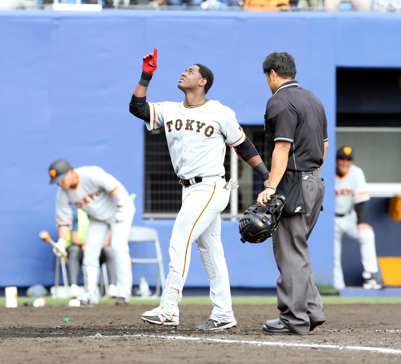 日本ハム対巨人 8回表巨人無死、左越え本塁打を放ち生還するモタ(撮影・佐藤翔太)