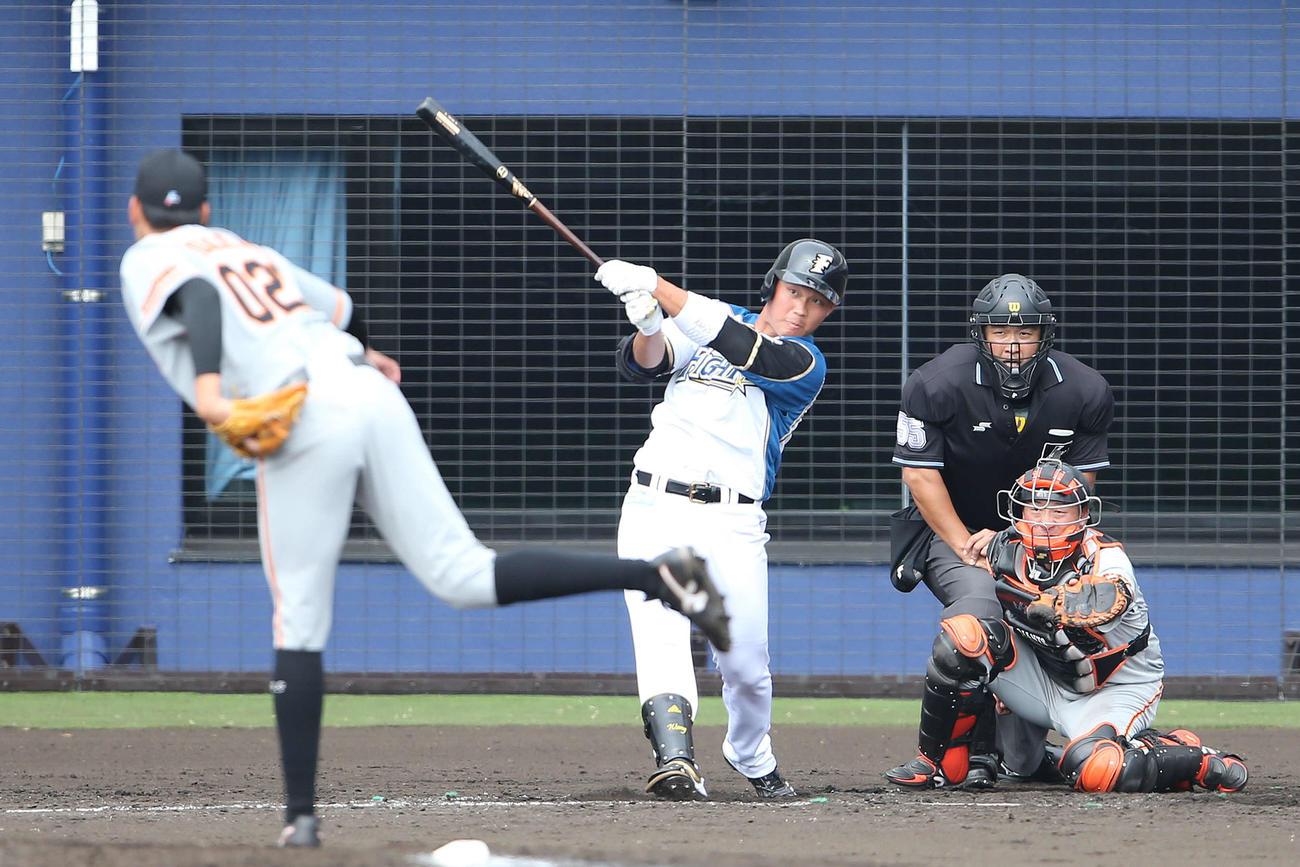 日本ハム対巨人 5回裏日本ハム1死、与那原から二塁打を放つ王柏融(撮影・河野匠)