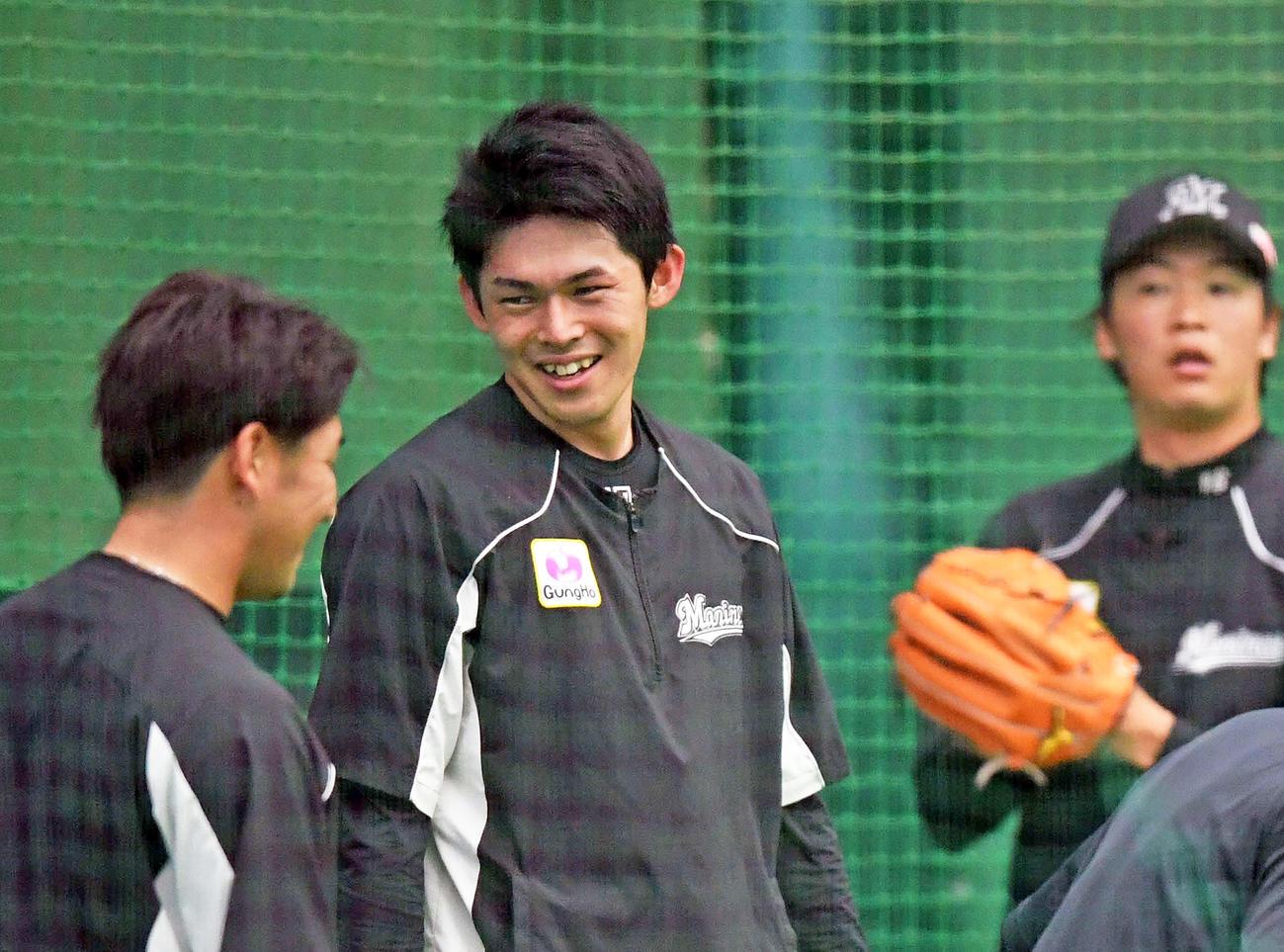 練習試合前の練習で笑顔を見せるロッテ佐々木朗希(中央)(撮影・鈴木みどり)
