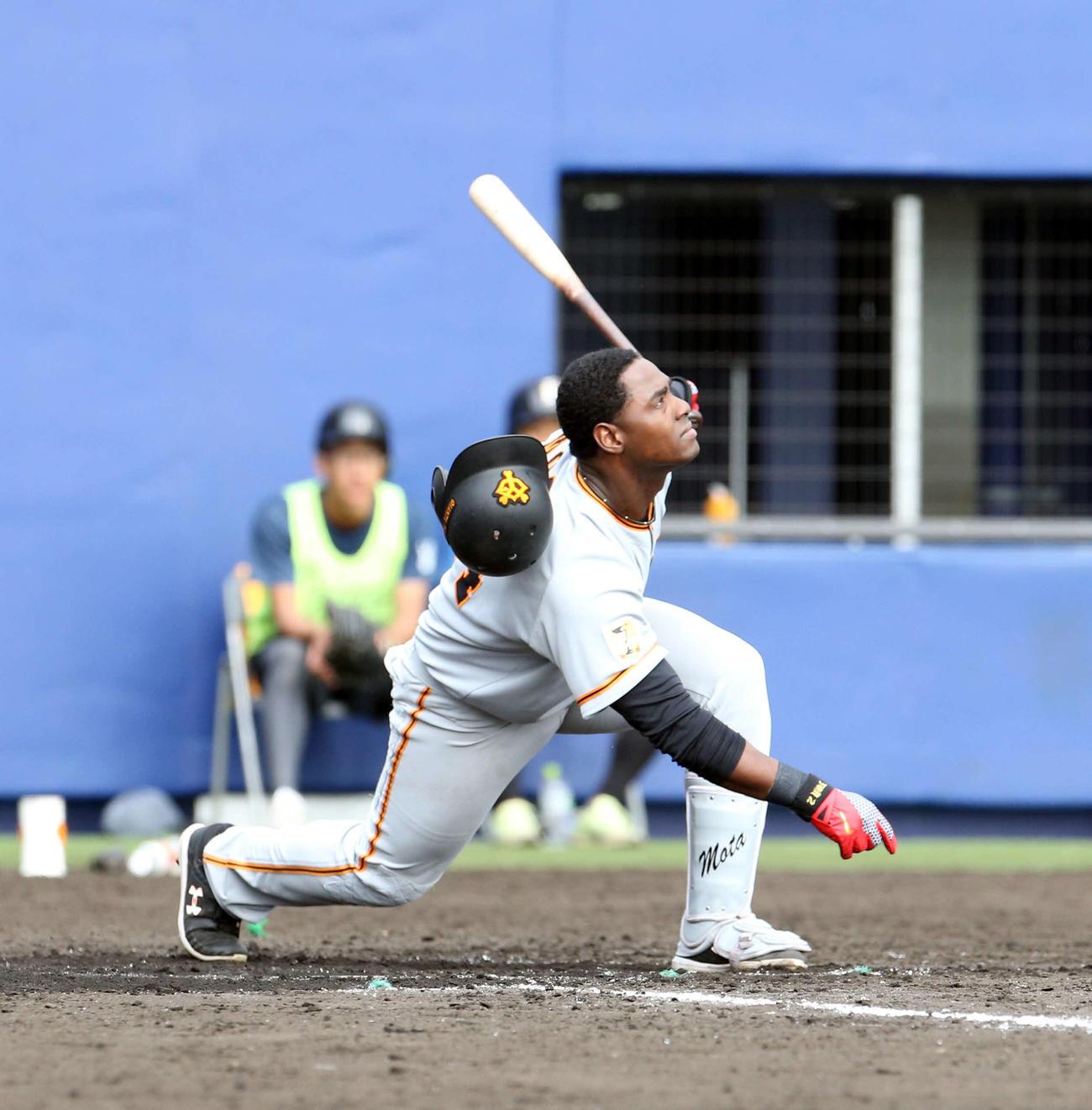 日本ハム対巨人 8回表巨人無死、左越え本塁打を放つモタ(撮影・佐藤翔太)
