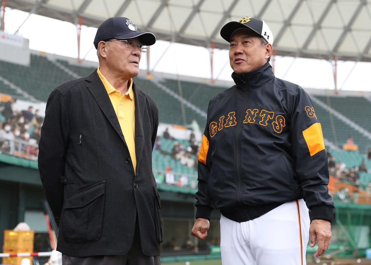 視察に訪れた張本氏(左)と会話する巨人原監督(撮影・河野匠)