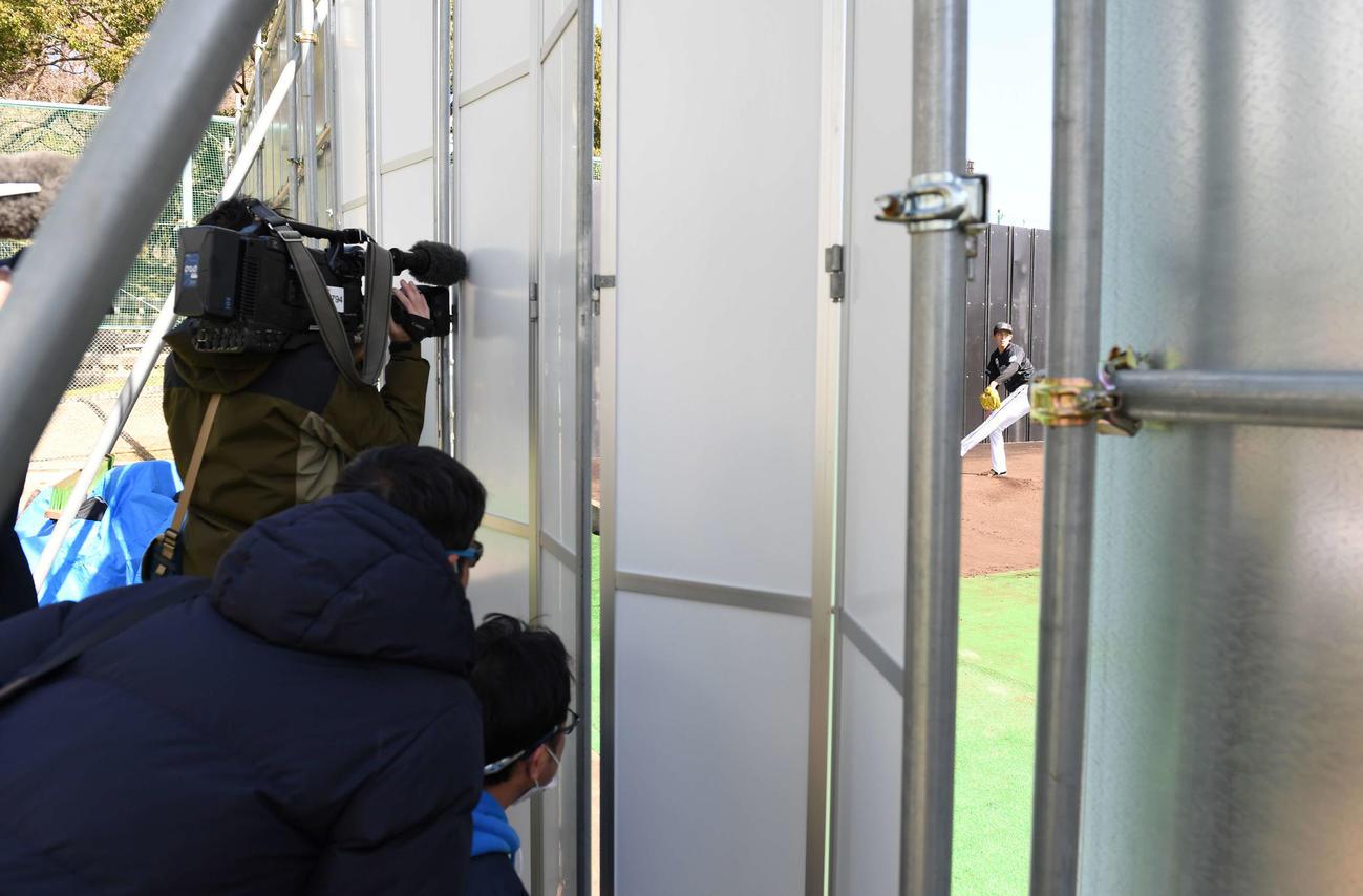 ロッテ佐々木朗のブルペンでの投球は報道陣をシャットアウトして行われた(撮影・鈴木みどり)