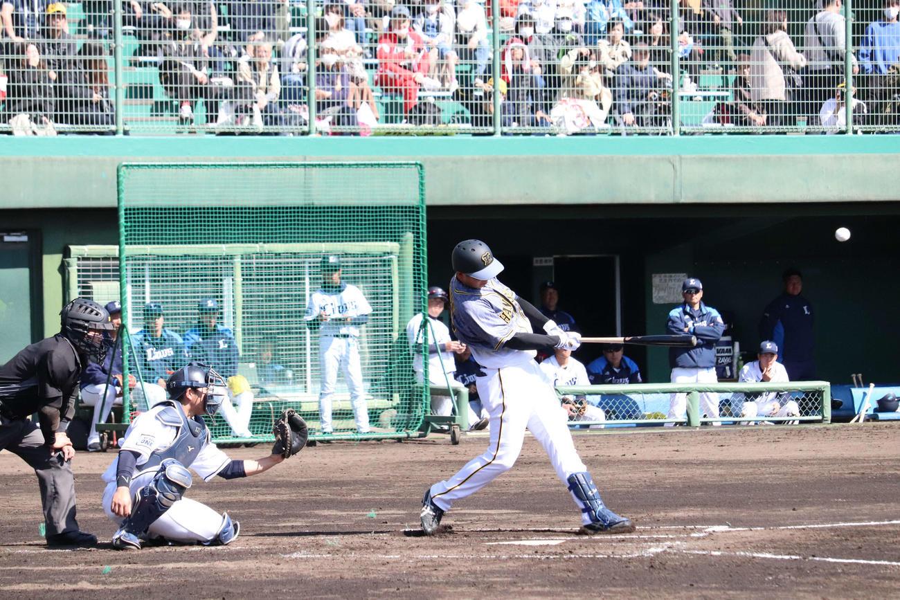 阪神2軍対西武2軍 2回表無死走者なしで阪神ドラフト2位井上は左越え本塁打を放つ(撮影・只松憲)