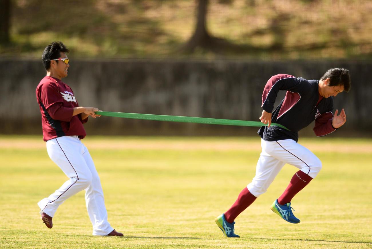 トレーニングをする楽天則本昂(左)と涌井(撮影・横山健太)
