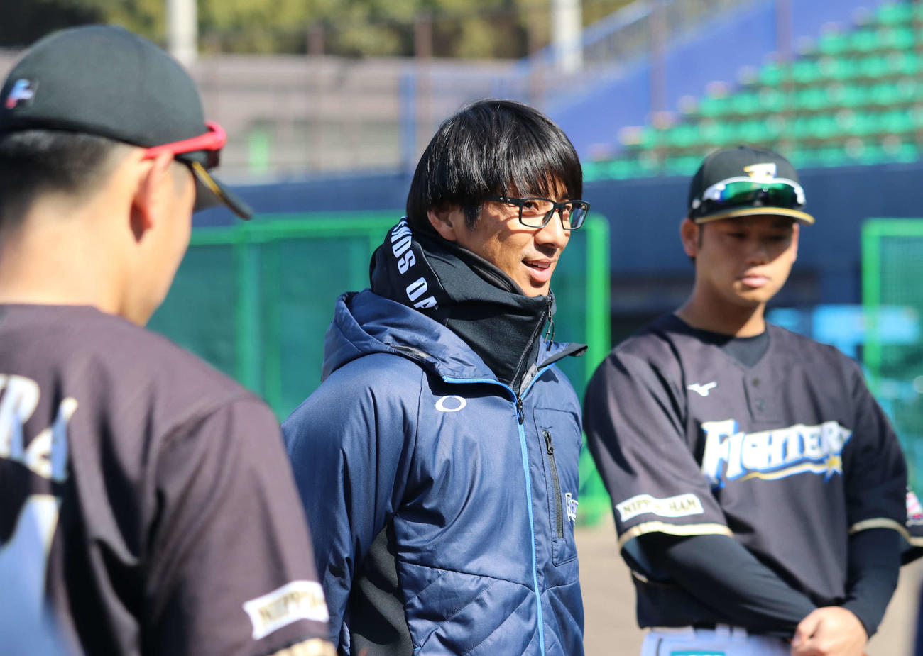 野手陣を前に話をする日本ハム城石2軍内野守備コーチ(撮影・山崎純一)