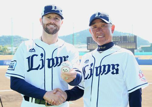 西武の開幕投手に決まったニール(左)は辻監督と笑顔で握手を交わす(2020年2月19日)