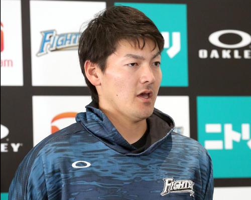 開幕投手に指名され囲み取材を受ける日本ハム有原(2020年2月21日)