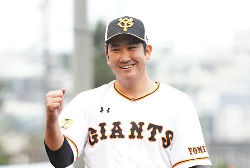 ガッツポーズの巨人菅野智之(2020年2月19日)