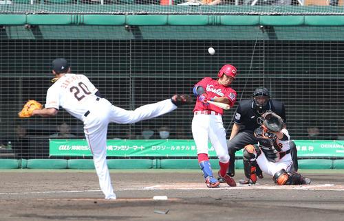 巨人対広島 1回表広島2死一、二塁、右越え3点本塁打を放つ安部。投手サンチェス(撮影・河野匠)