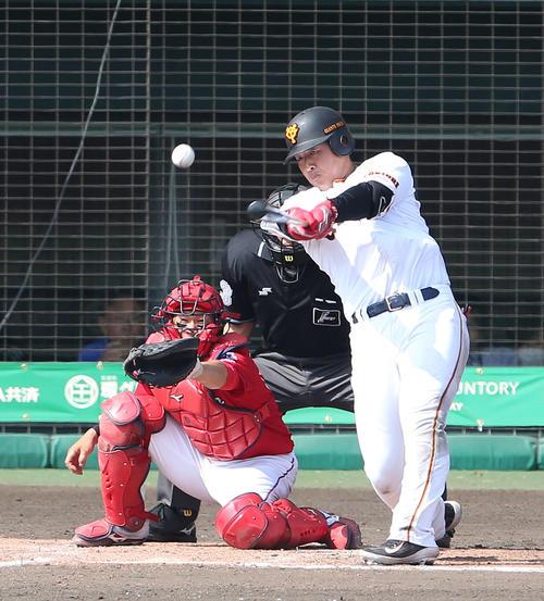 巨人対広島 5回裏巨人1死一、二塁、中越え2点適時二塁打を放つ岡本(撮影・河野匠)