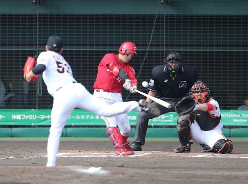 巨人対広島 7回表広島無死、右越え本塁打を放つ小園。投手高田(撮影・河野匠)