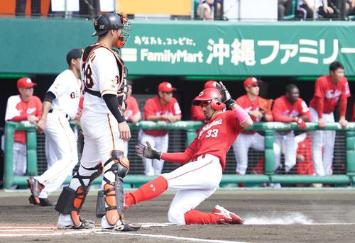 巨人対広島 1回表広島1死一塁、走者菊池涼は坂倉の適時三塁打で先制の生還。捕手岸田(撮影・加藤諒)