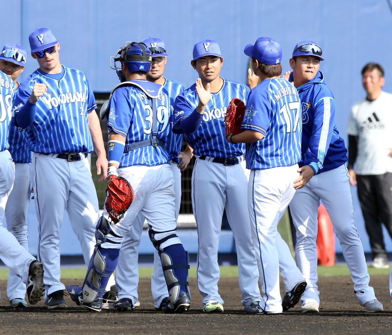 日本ハム対DeNA 試合終了後、DeNAナインを出迎える左からオースティン、今永、山崎(撮影・佐藤翔太)