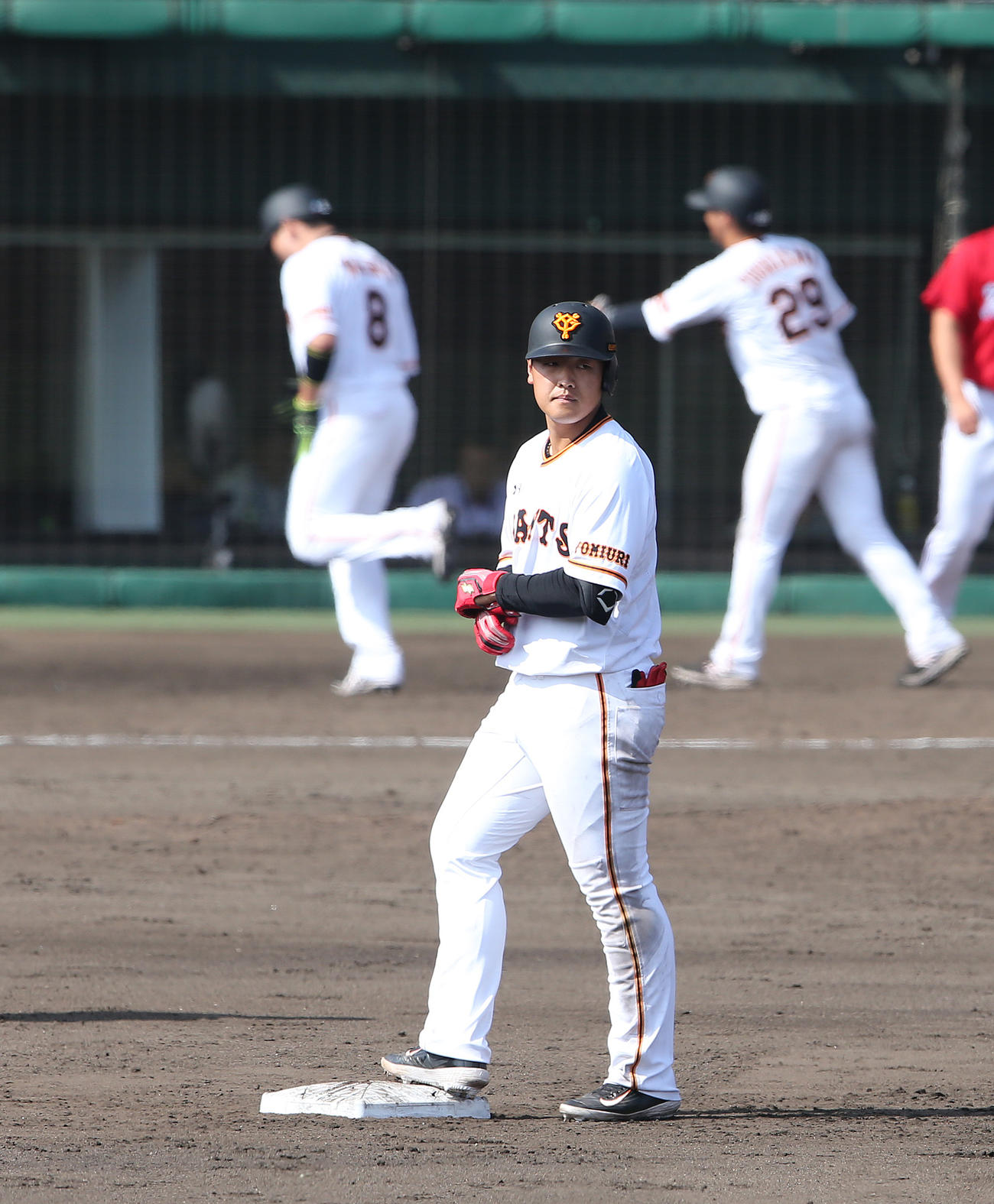 巨人対広島 5回裏巨人1死一、二塁、中越え2点適時二塁打を放った岡本(撮影・河野匠)