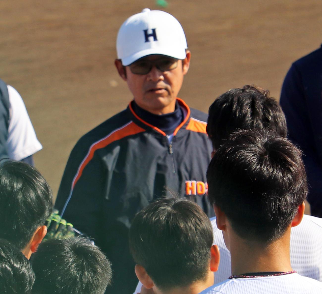 ベースランニング前に選手に注意点を伝える法大・銚子助監督(撮影・古川真弥)