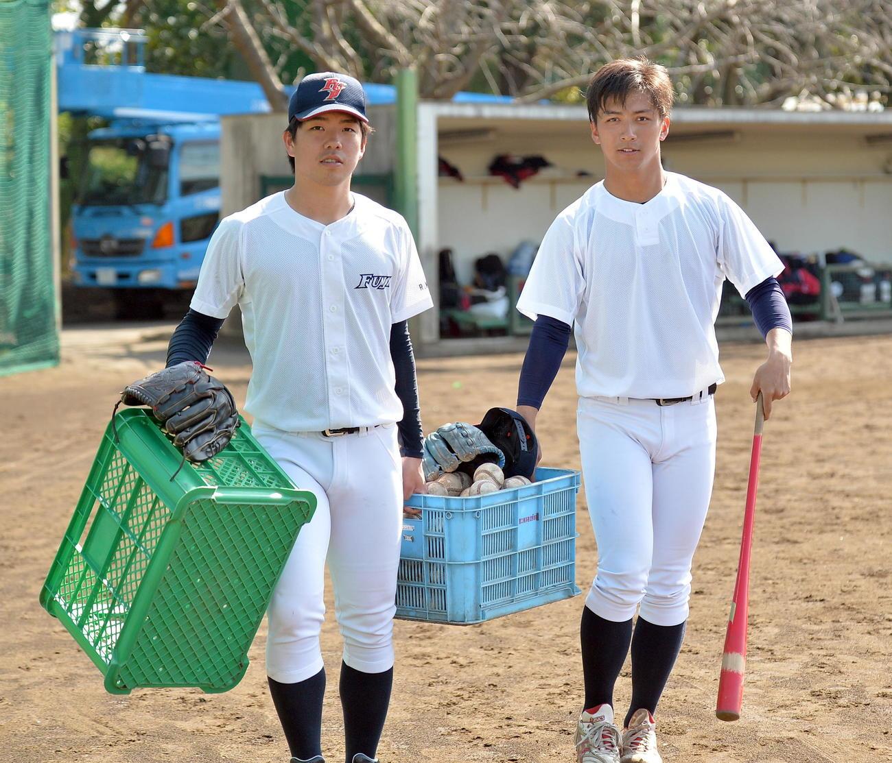 用具を運ぶ金村(左)と宇賀神