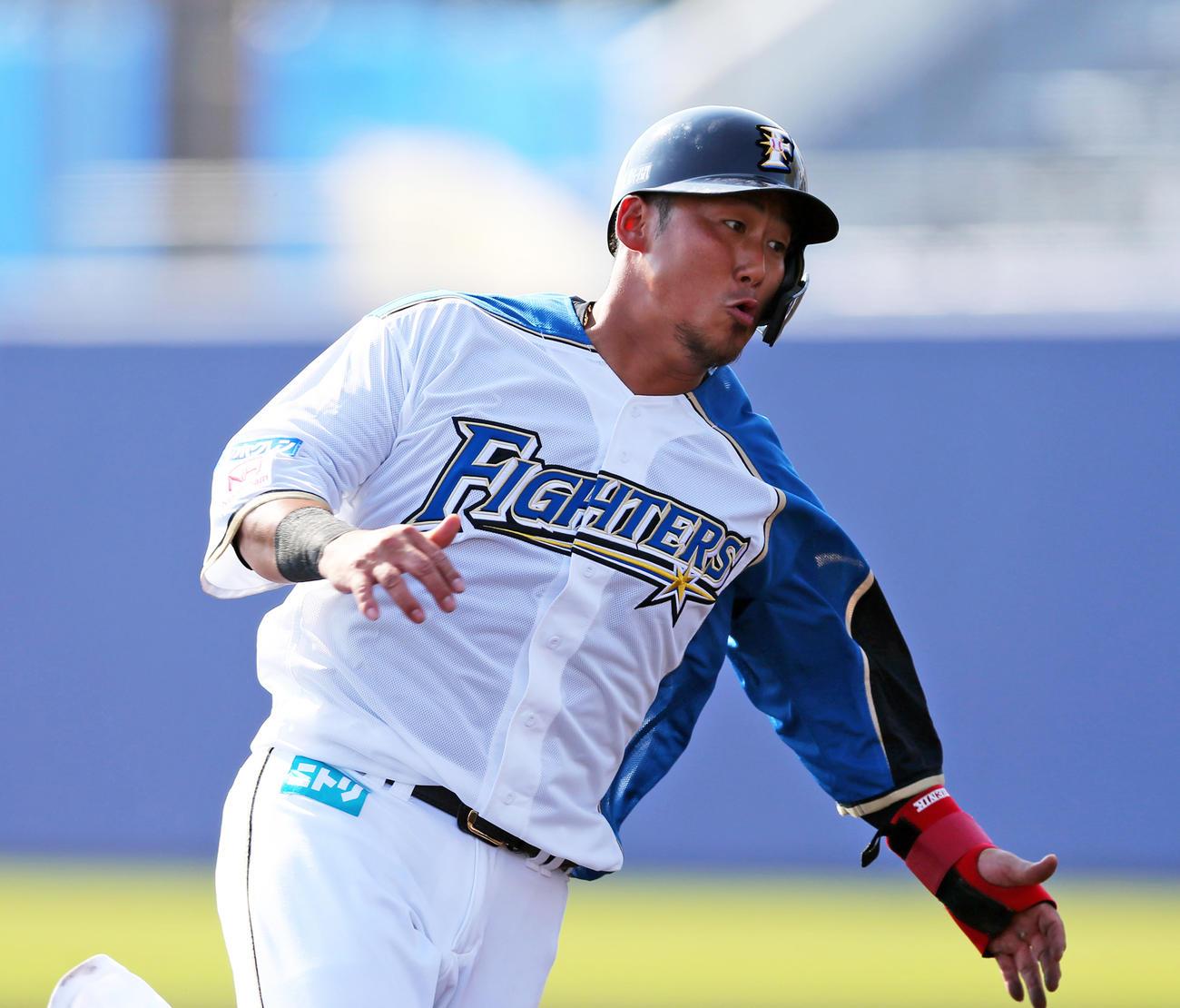 7回裏日本ハム2死二塁、谷内の適時打で二塁から生還する中田(撮影・大野祥一)