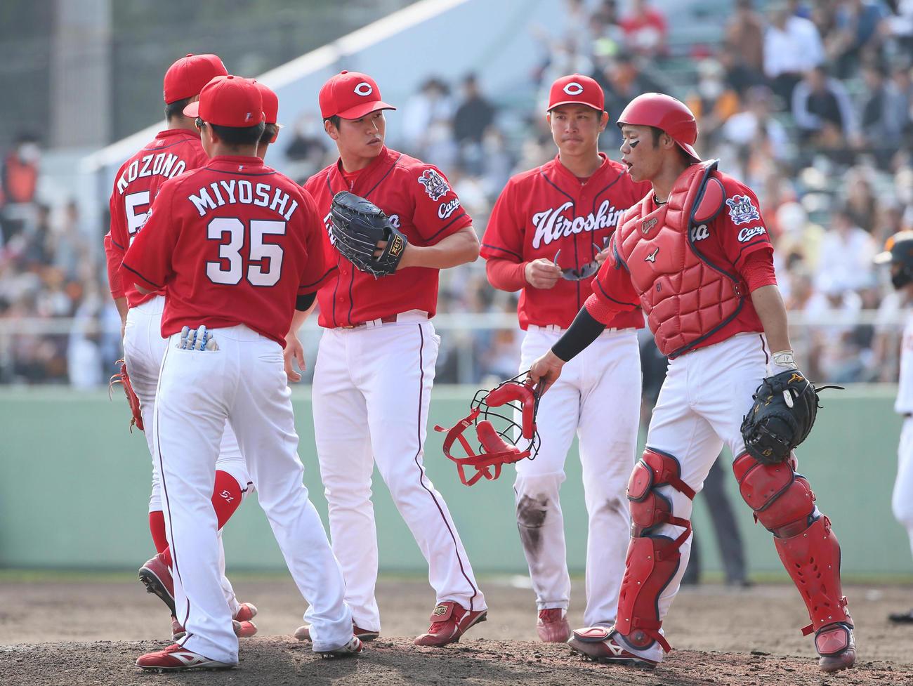 巨人対広島 オープン戦 5回裏巨人1死一、二塁、岡本に2点適時二塁打を浴びマウンドで声をかけられる矢崎(左から3人目)(撮影・栗木一考)