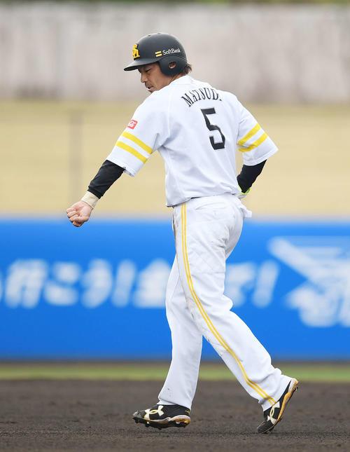 ソフトバンク対ロッテ 5回裏ソフトバンク1死一塁、打者栗原の時、一塁けん制球が左腕に当たった松田宣は代走を送られベンチへ下がる(撮影・鈴木みどり)
