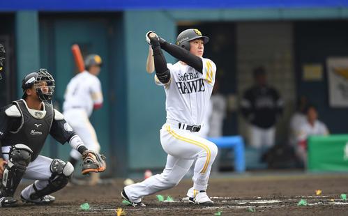 ソフトバンク対ロッテ 6回裏ソフトバンク2死二塁、右越え適時二塁打を放つ長谷川(撮影・鈴木みどり)