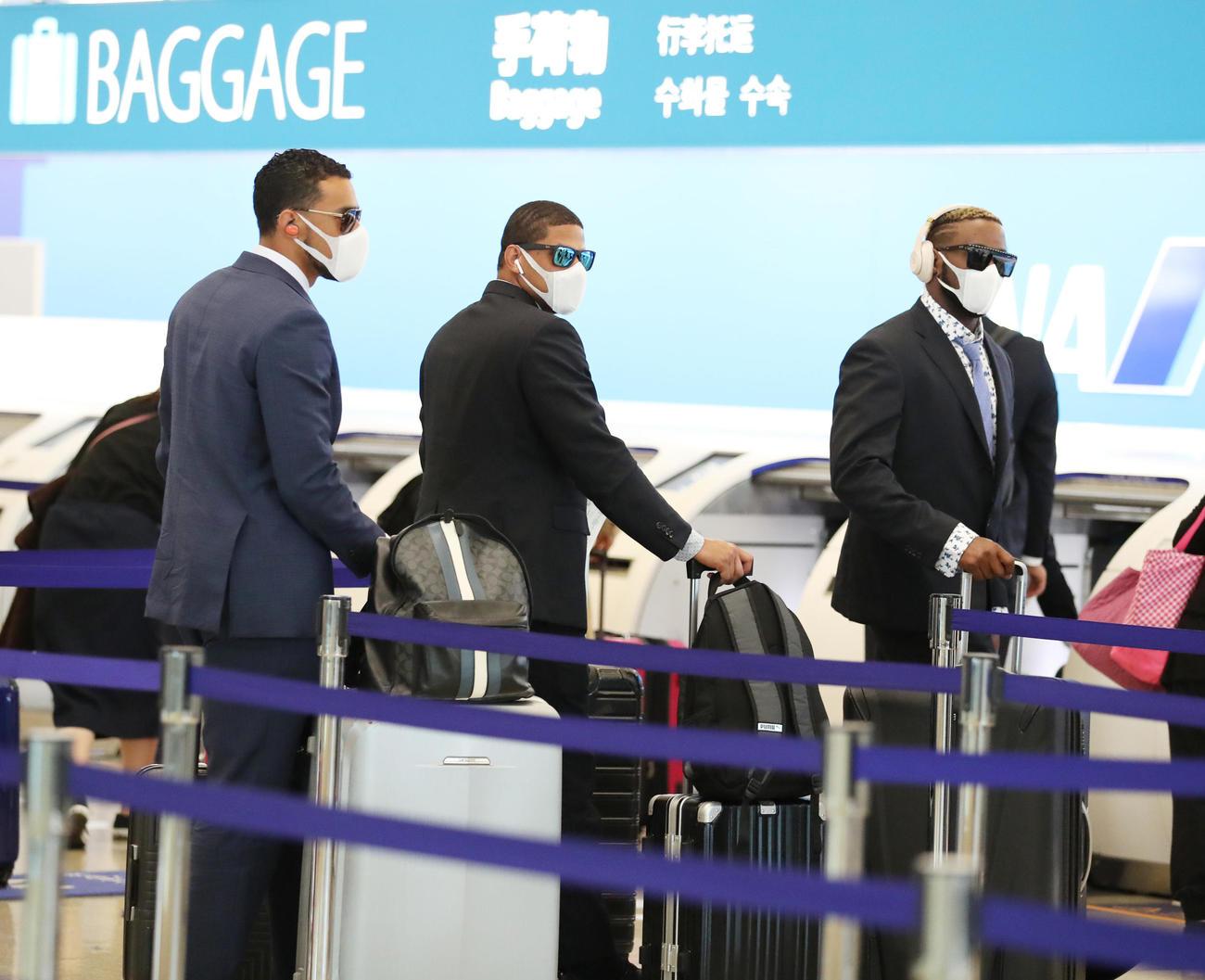 那覇空港に到着するスアレス(左)、マルテ(中央)、ガルシア(撮影・清水貴仁)