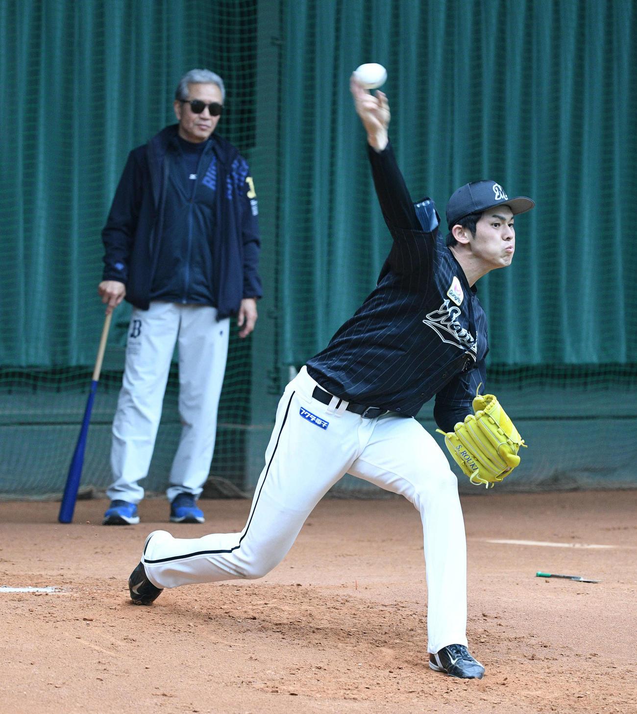山田久志オリックス臨時コーチが見守る中、投球練習するロッテ佐々木朗(撮影・渦原淳)