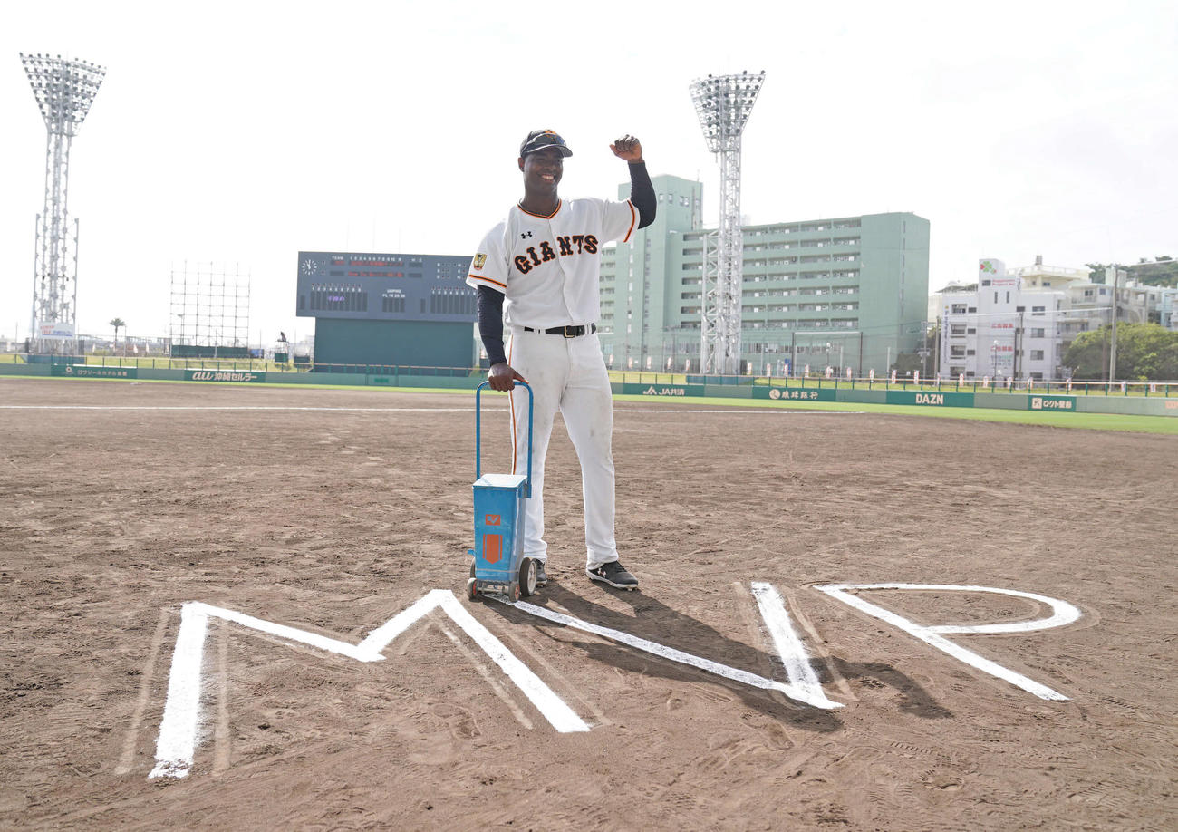 25日、巨人沖縄キャンプでMVPに選ばれ、グラウンドに描いた白線の前でガッツポーズするモタ(撮影・加藤諒)