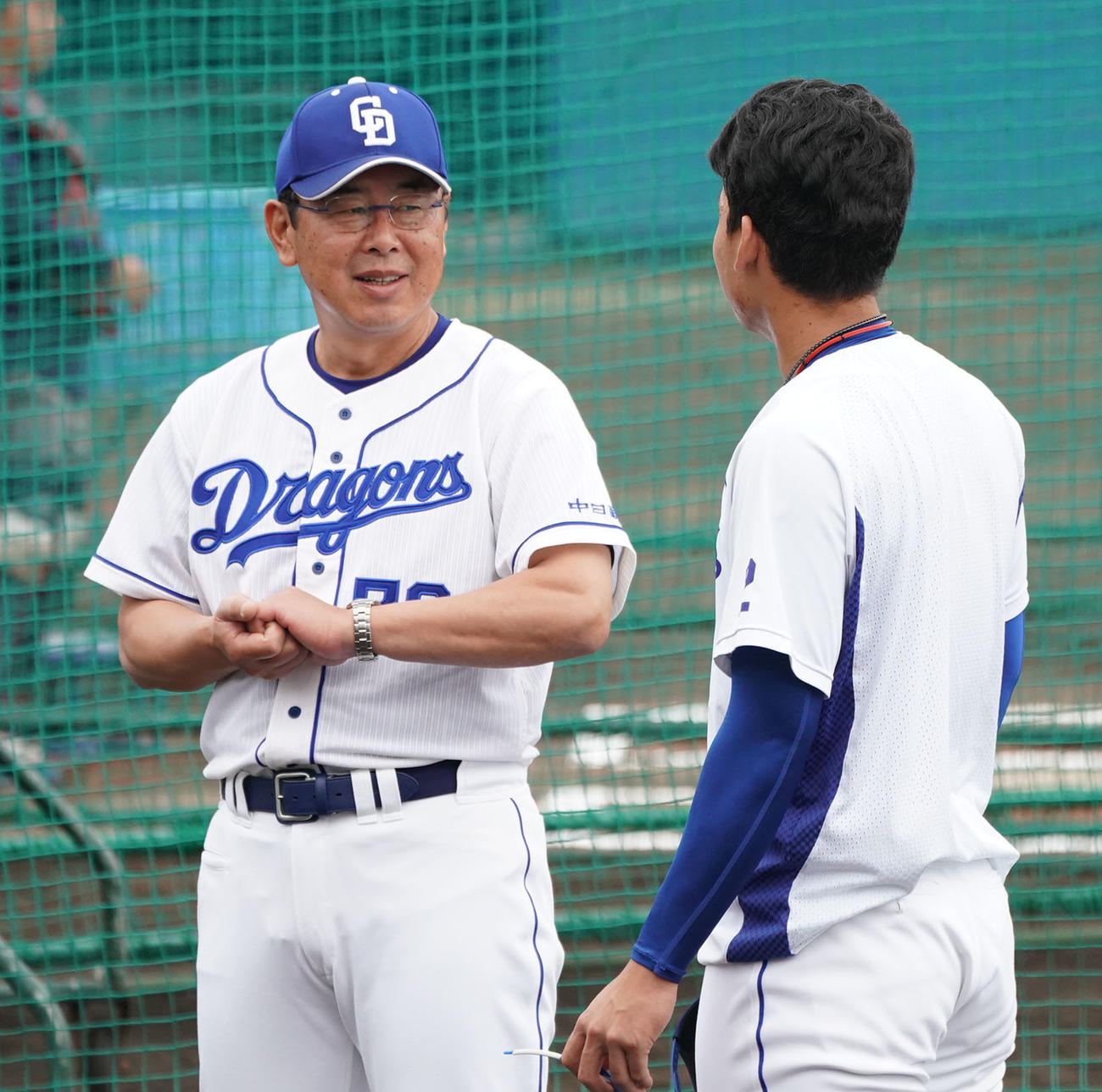 27日、石川昂(右)と話をする仁村2軍監督