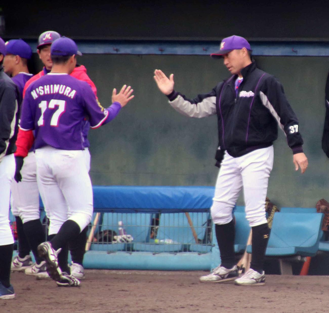 亜大戦で好投と続ける西村(左)をタッチで出迎えるかずさマジック渡辺監督