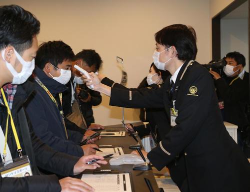 ソフトバンク対阪神 関係者口では報道陣に対して入念な検査が行われた(撮影・栗木一考)