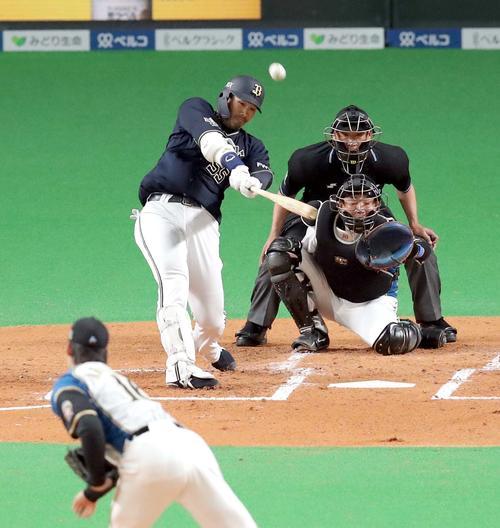 日本ハム対オリックス 2回表オリックス無死、T-岡田は先制となる右越えソロ本塁打を放つ。投手は日本ハム有原(撮影・佐藤翔太)