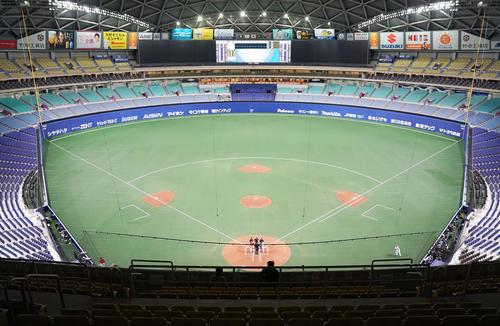 中日対広島 無観客のドームでメンバー表を交換する両チーム監督(撮影・森本幸一)