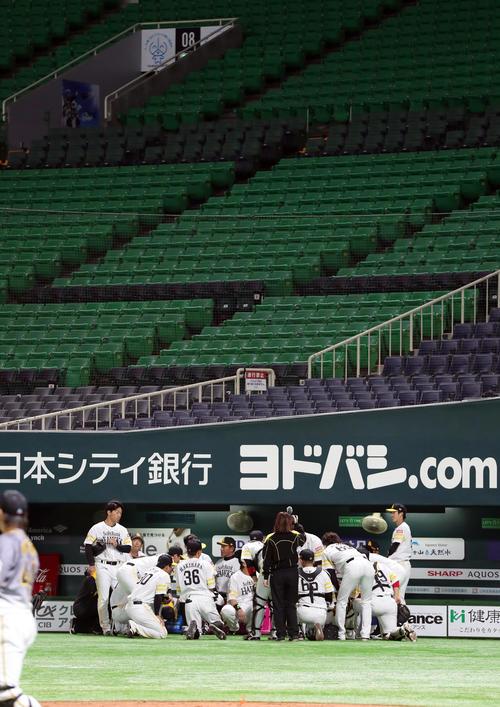 ソフトバンク対阪神 試合前、円陣を組むソフトバンクナイン(撮影・前田充)