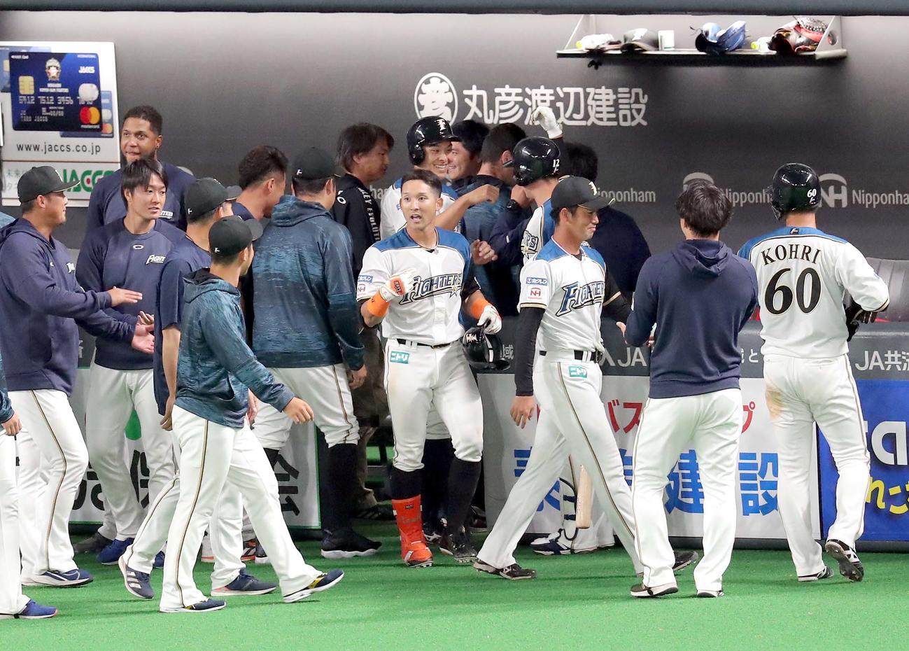 日本ハム対オリックス 9回裏日本ハム2死満塁、サヨナラ打を放つもチームメートに出迎えてもらえず不満そうな杉谷(中央)(撮影・佐藤翔太)