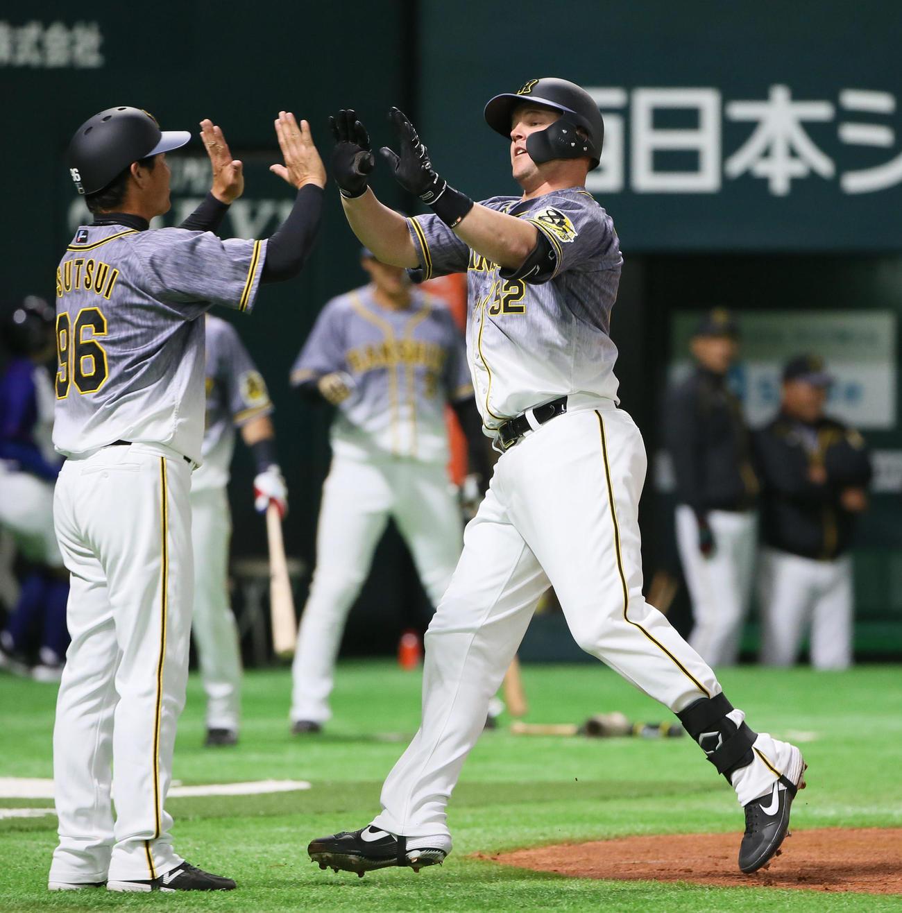 ソフトバンク対阪神 4回表阪神1死、サンズは左中間へ本塁打を放ち筒井コーチ(左)とタッチ(撮影・栗木一考)