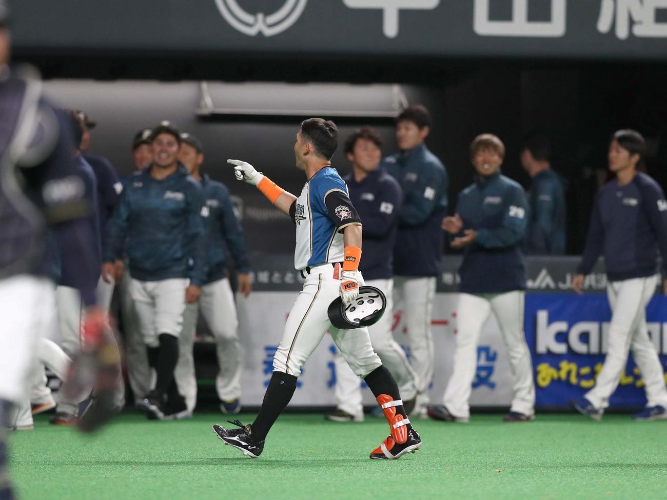 日本ハム対オリックス 9回裏、サヨナラ打を放つも誰からも相手にされない杉谷(撮影・黒川智章)