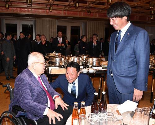 1月、談笑する、左から野村克也さん、池山隆寛2軍監督、高津臣吾新監督