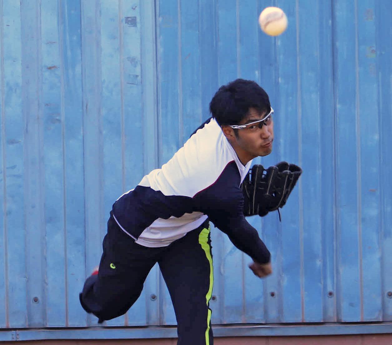 合同自主トレ初日に臨み、ブルペンで投球するBC神奈川・杉浦(撮影・湯本勝大)
