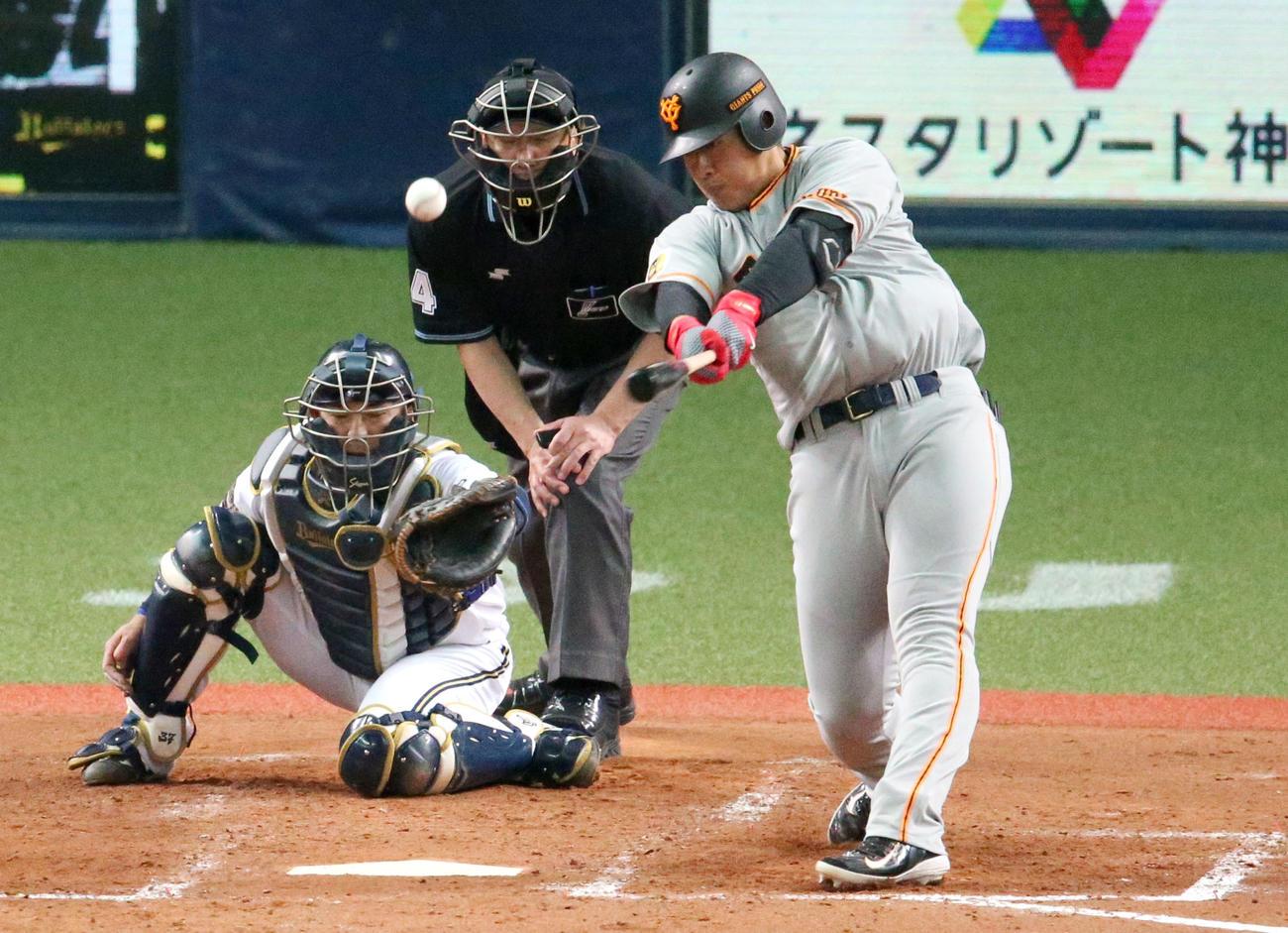 5回表巨人2死一、三塁、岡本は中前適時打を放つ(撮影・上山淳一)