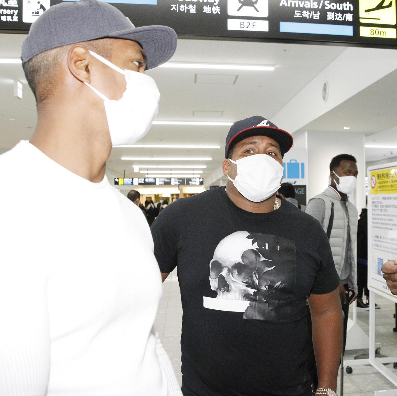 ソフトバンク・デスパイネらキューバ勢3人が離日 - プロ野球写真 ...