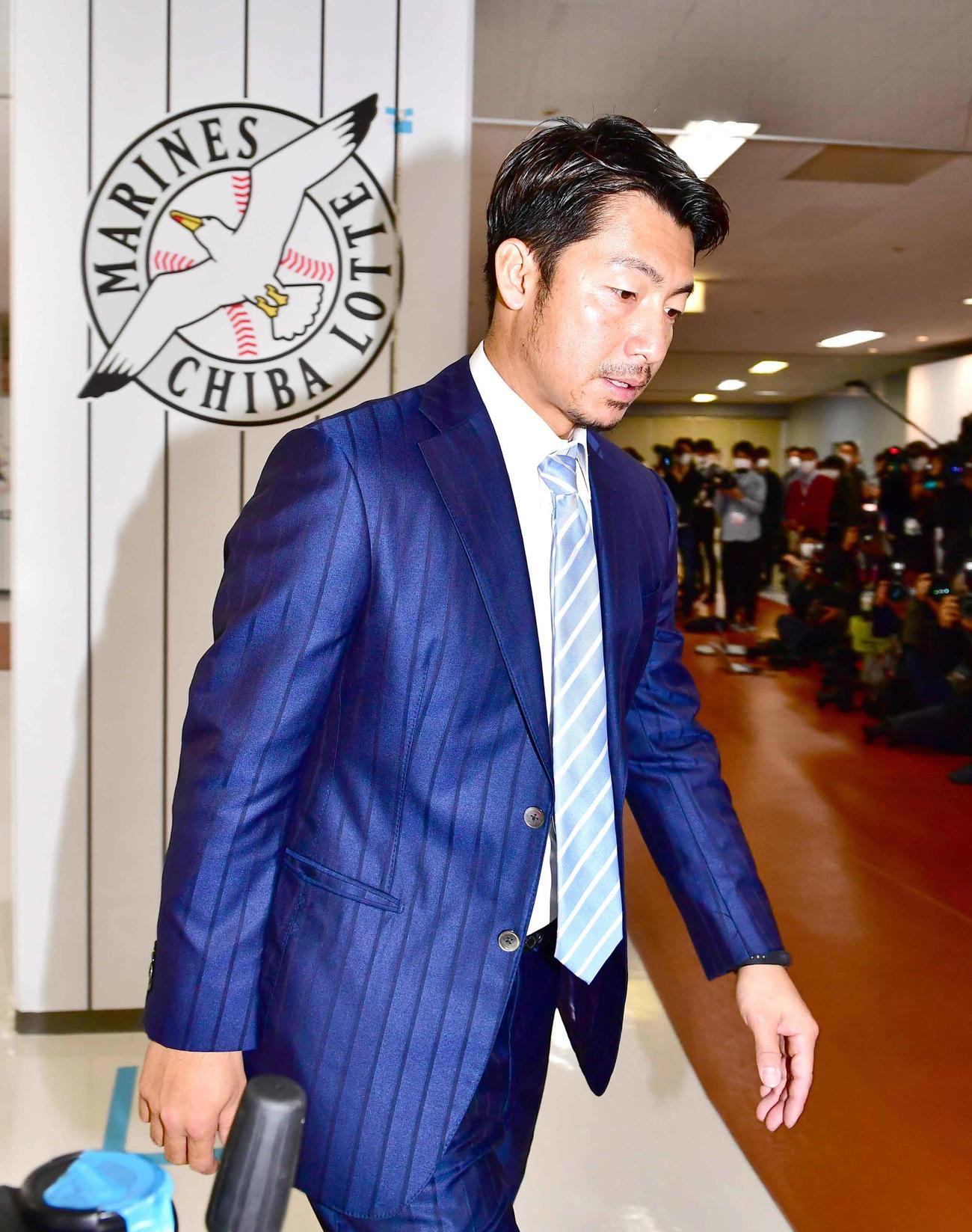 入団会見のためZOZOマリンスタジアムを訪れたロッテ鳥谷(撮影・小沢裕)