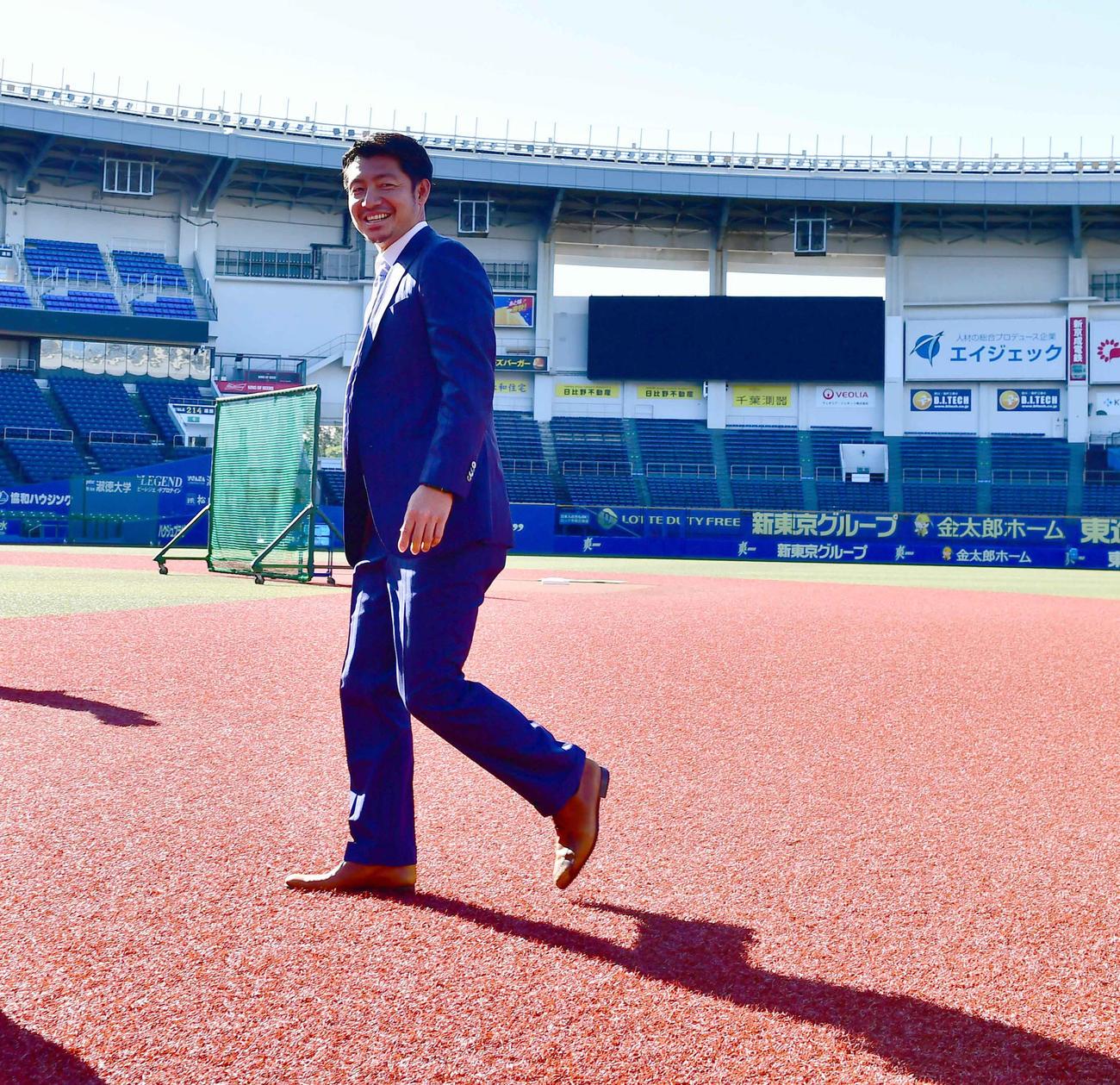 入団会見の前に試合前練習中の投手陣にあいさつするためグラウンド入りしたロッテ鳥谷(撮影・小沢裕)