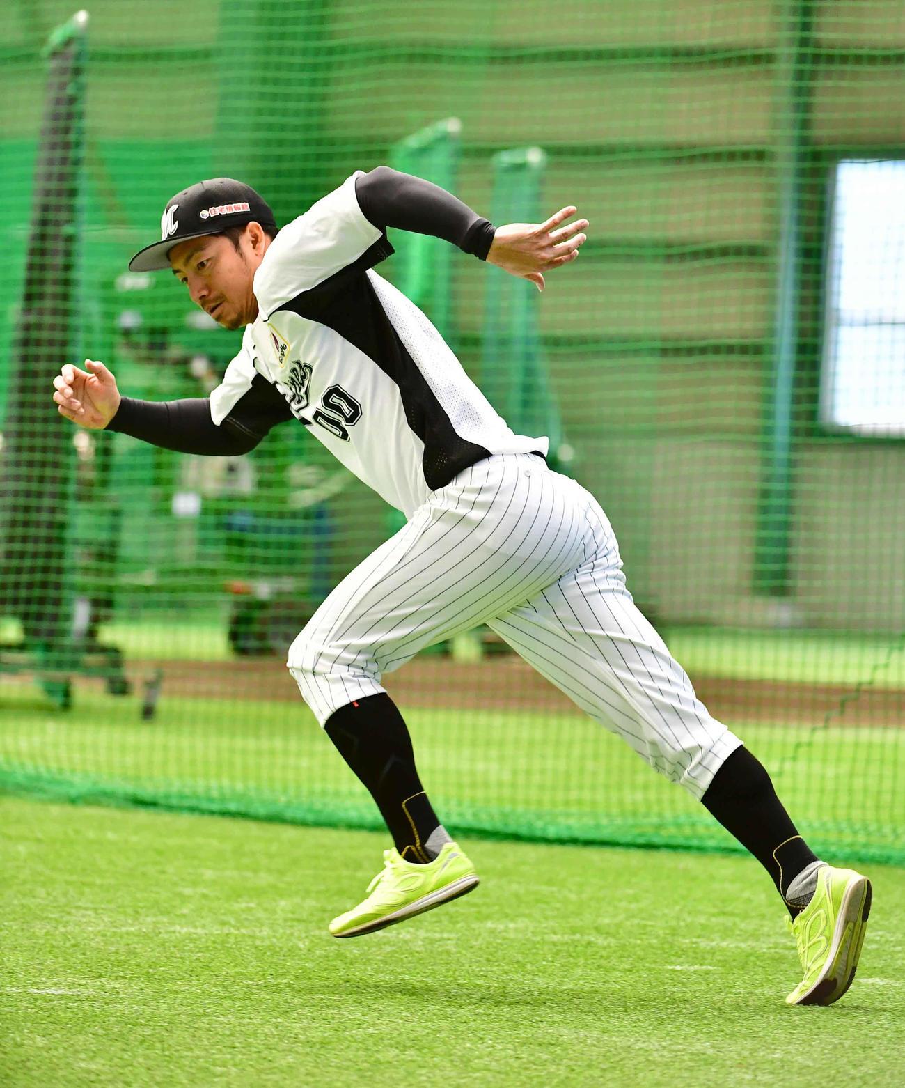ロッテの練習着に着替えて2軍浦和球場の室内練習場でダッシュする鳥谷(撮影・小沢裕)